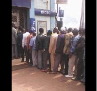 Des fonctionnaires  en queue pour prendre leurs salaires