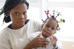 Une des jumelles avec leur mère Laurelle Maya