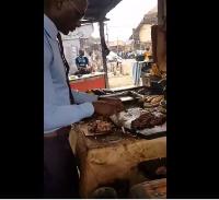 Ce jeune vendeur de viande Camerounais fait le buzz sur la toile