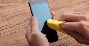 Mouillez du tissu en microfibres et frotter doucement la surface