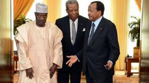 Paul Biya entouré de Cavaye Djibril et Marcel Niat njifenji