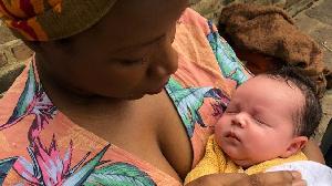 Une mère noire et son bébé blanc
