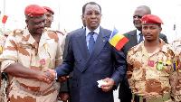 Idriss Deby Itno avec des hauts gradés de son armée