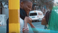 Une vidéo de deux personnes amoureuses qui se baladent à majorité dans la rue