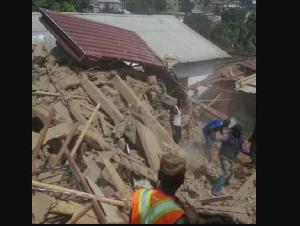Les fouilles se poursuivent jusqu'à présent par les éléments de la Croix Rouge