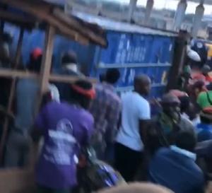 Un contener écrase un groupuscule de personnes à Awae