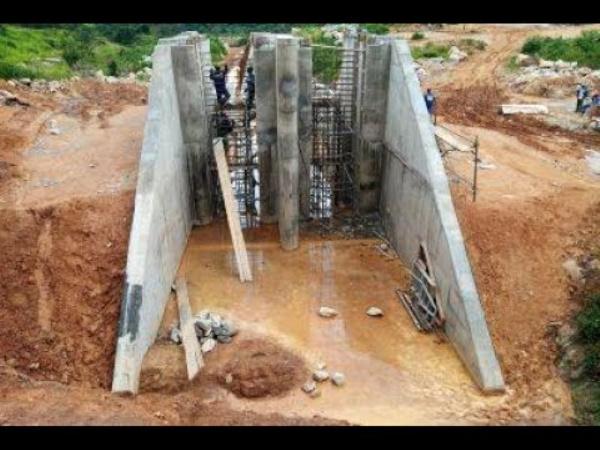 Central de Mbakou en construction