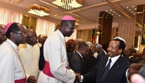 Paul Biya et des prêtres