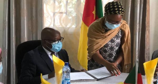 Signature des documents d'achat du terrain