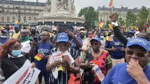Ils manifestent avec le drapeau ambazonien