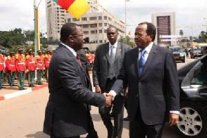 Mebe Ngo'o saluant Paul Biya