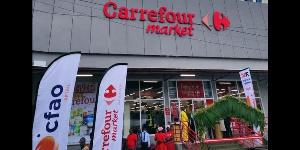 La façade d'un supermarché Carrefour à Douala