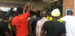 Les jeunes de Buea  prennent d'assaut le bureau du gouverneur