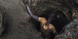 Un homme descendant dans une mine