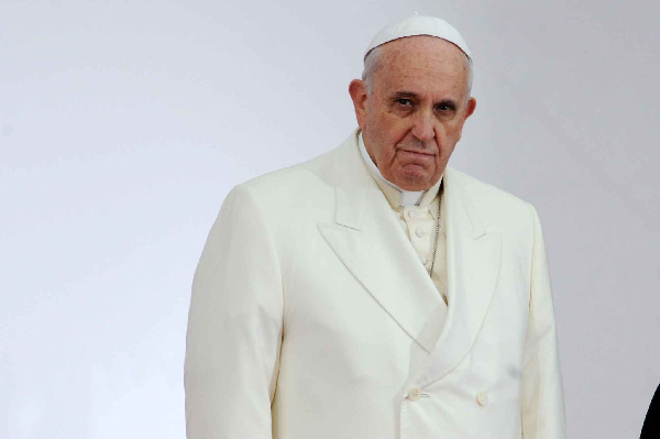 Vatican: le pape François 'frappe' une femme