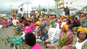 Femmes manifestant à Buea