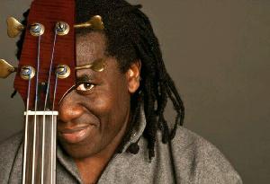 Richard Bona critique à nouveau Paul Biya dans une chanson