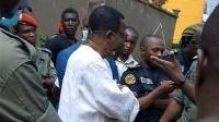 Maurice Kamto en discussion avec les policiers