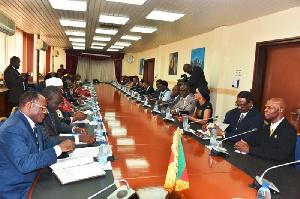 Des ministres à une réunion de Travail