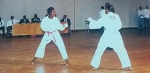 Des jeunes filles pratiquant le karate