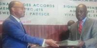 Signature des documents entre les responsables de la Banque et les autorités