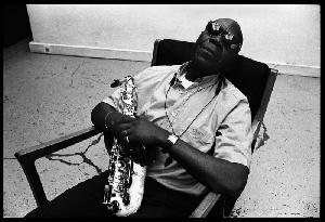 30 grands artistes  rendent hommage en chanson à Manu Dibango