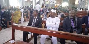 Vue partielle des personnalités aux obsèques de Penda Ekoka