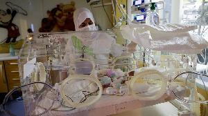 Les nonuplés de la Malienne devront passer des mois en couveuse, selon la clinique