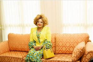 L'exubérante première dame compense la personnalité effacée et austère du président Paul Biya