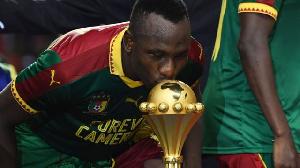 Jacques Zoua embrassant le trophée de la CAN 2017 remportée par le Cameroun