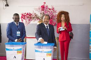 Paul et Chantal Biya dans un bureau de vote