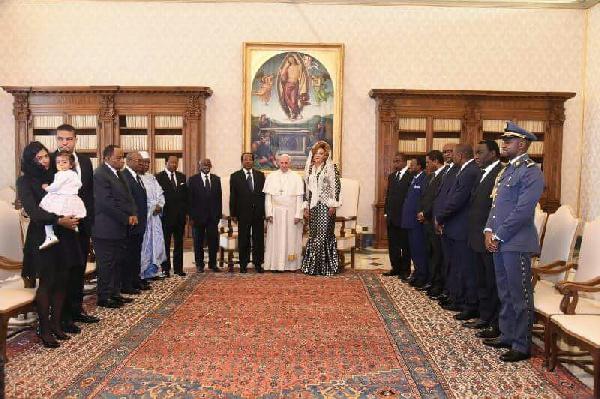Le couple présidentiel auprès du Pape François lors de leur visite officielle en Italie
