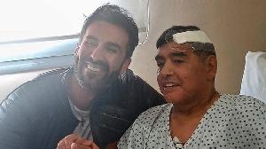 Diego Maradona et son medecin après son opération au cerveau