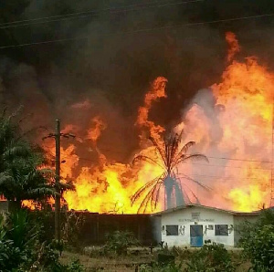 Le feu en train de consumer des maisons