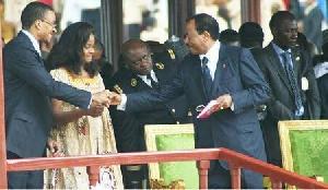 Paul Biya saluant ses enfants lors de la fête de l'Unité