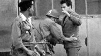 Un soldat français en train de fouiller un algérien