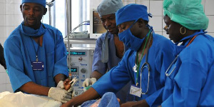 Des médecins en train de soigner un patient