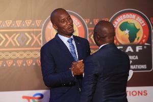 Didier Drogba et Roger Milla lors de la cérémonie du tirage au sort