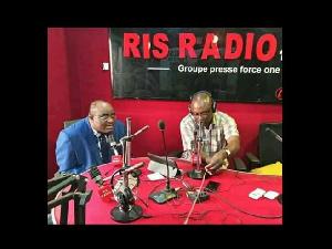 Sismondi Barlev Bidjocka, DG de RIS radio en compagnie du prof Nyamding Messanga