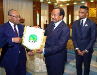 Le président de la CAF, Confédération africaine de football conduit une délégation au Cameroun