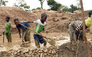 Il y a une forte colonie d'enfants sur les sites miniers.