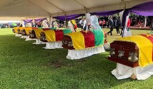 Les cercueils contenant les corps des enfants