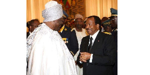Le roi Njoya saluant le président Biya