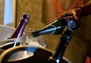 La douane saisit des bouteilles de champagne de la contrebande