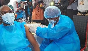 Le ministre de la Santé, Dr Manaouda Malachie se faisant vacciner