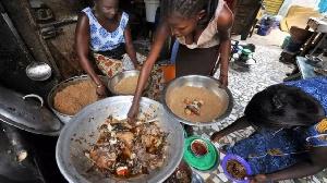 Une famille en train de préparer de la viande