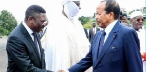 Paul Biya saluant le secrétaire général de la présidence