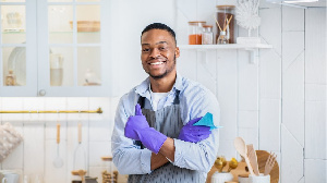 Un homme en train de nettoyer une cuisine