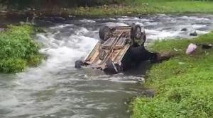 L'image de la voiture dans un cours d'eau