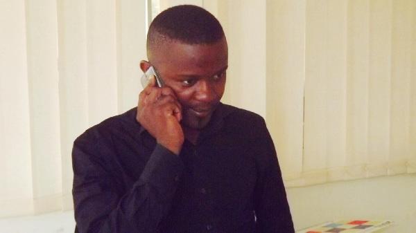 Ernest Obama dans les locaux de la Radio Tiemeni Santou
